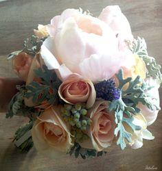 Ramo de la novia con peonias y rosas. Boda de verano organizada por Detallerie en Barcelona. Summer bride's bouquet with peonies and roses. Wedding by Detallerie.