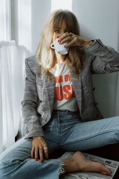 Chic fall outfit and cool girl photo inspo Chic fall . Read more The post Chic fall outfit and cool girl photo inspo appeared first on How To Be Trendy. Vintage Chic Fashion, Street Style Vintage, Parisian Chic Style, Denim Fashion, Look Fashion, Fashion Beauty, Fashion Outfits, Fashion Tips, Mode Outfits