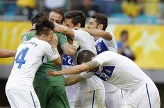 SAL40 SALVADOR DE BAHÍA (BRASIL), 30/06/2013.- El guardameta italiano Gianluigi Buffon (2i) es felicitado por sus compañeros tras parar un penalti y conseguir la victoria de Italia (2-2 y 2-3, en la t