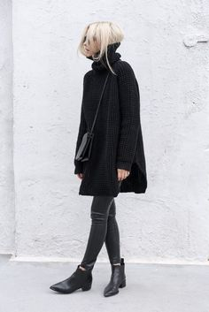 Casual chic - all black outfit with oversized sweater, leggings & ankle boots Looks Street Style, Looks Style, Mode Outfits, Winter Outfits, Office Outfits, Stylish Outfits, Pantalon Slim Noir, All Black Outfit, Black Chelsea Boots Outfit