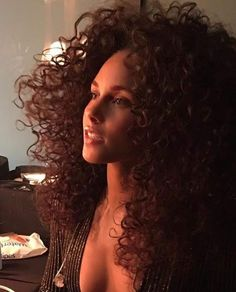Alicia Keys, No one is more gorgeous. Natural Curls, Natural Hair Styles, Long Hair Styles, Alicia Keys Style, Alicia Keys No One, Hair Colorful, Estilo Punk Rock, Meagan Good, Aloe Vera For Hair