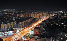 Самые уникальные места столицы Сибири и Новосибирска В отличие от городов, расположенных в центральной части России, имеющих многовековую историю, Новосибирск довольно молод. Ему еще только 120 лет, поэтому большого количества исторических памятников в городе нет. Однако в нем есть другие, не менее ценные и интересные достопримечательности и прославившийся на всю страну Академгородок.