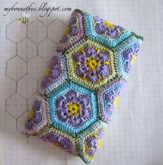 The cutest crochet patterns for amigurumi, baby blankets, clothes, shoes and more. I am adding new patterns and crochet tips every day. Crochet Phone Cover, Crochet Case, Bag Crochet, Love Crochet, Crochet Gifts, Crochet Hooks, Crochet Flower Patterns, Crochet Stitches Patterns, Crochet Designs