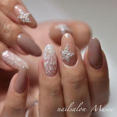 . スノウホワイトレース×パールスター❤︎ . #nail #gelnail #ネイル #ジェルネイル #美甲 #젤네일 #KOKOIST #ココイスト #ココイストマスターエデュケーター...|ネイルデザインを探すならネイル数No.1のネイルブック Xmas Nails, Holiday Nails, Christmas Nails, Pretty Nail Designs, Nail Art Designs, Gorgeous Nails, Pretty Nails, Simple Acrylic Nails, Nail Manicure