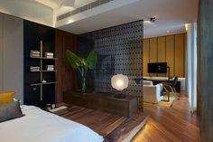 この小さなアパートでは、リビングルームとベッドルームが同じエリアを共有しています。 寝室のスペースは、仕切りのためのスクリーンを使用し、隠されたLED照明付きの木製プラットフォーム上にベッドを置くことによってアパートの残りの部分から分離された。