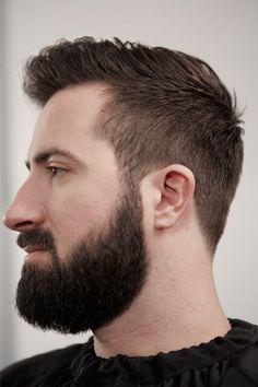 e5ea672a951 Une barbe bien taillée et la bonne coupe de cheveux peuvent changer un  homme. Messieurs