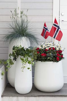 17. mai nærmer seg med stormskritt. Da er det mange som ønsker å plante og pynte ferdig uteplassen. Vi gir deg tips til hvordan du kan pynte med blomster ute til den store nasjonaldagen. Diy Yard Decor, Outdoor Decor, Hanging Canvas, Flower Pots, Flowers, Party Entertainment, Modern Kitchen Design, Holidays And Events, Garden Landscaping