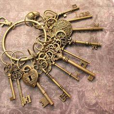 12 Large Skeleton Keys and 4 Lock On A Big Ring Antique Brass – Rings Antique Keys, Vintage Keys, Antique Rings, Antique Brass, Antique Vanity, Special Keys, Golden Key, Old Keys, Big Rings