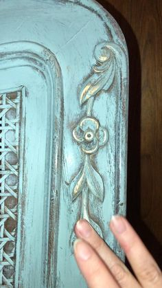 Gold gilding wax over chalk paint. video muebles Bring your Painted Furniture to LIFE with gilding wax! Chalk Paint Dresser, Chalk Paint Furniture, Hand Painted Furniture, Chalk Paint Cabinets, Chalk Paint Table, Chalk Paint Wax, Diy Dresser Makeover, Furniture Makeover, Furniture Ideas