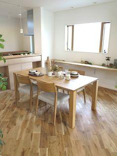 オーク無垢材のフローリングがななめ張りした内装にタモ・オーク無垢材の家具でナチュラルコーディネート