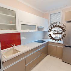Letisztult konyhabútor tükörfényű akril ajtókkal, végigfutó alu szálfogantyúval, natúr munkalappal és dekorpanellel. A mosogató mögötti piros üveghátfal vidámságot csempész a szürke hétköznapokba. Decor, Washer And Dryer, Cabinet, Kitchen, Home Decor, Home Appliances, Kitchen Cabinets