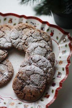 Nämä jouluiset minttusuklaakeksit kuorrutetaan tomusokerilla ennen paistamista, jolloin keksin pinta saa lumipeitettä muistuttavan nätin pinnan. Nämä tummaa suklaata sisältävät minttusuklaakeksit suorastaan sulavat suuhun! Finnish Recipes, No Bake Cookies, Baking Cookies, Piece Of Cakes, Something Sweet, Holiday Cookies, I Love Food, Sweet Recipes, Food And Drink