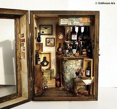 """•• Vintage Small Wine Bar -handmade Dollhouse Miniatures 1:12. Título; La pequeña tienda de vinos """"D'Asti"""" * Caso tamaño; 13 (W)×10(L) ×18(H) cm / 5.1(W)×4(L) ×7(H) pulgadas"""