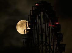 La superluna detrás de una rueda de la fortuna en Tokio,Japón. 10-08-2014