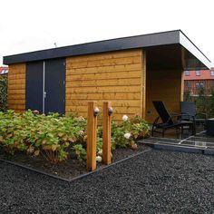 Schuur met overkapping. Ontwerp en realisatie Hoveniersbedrijf van Elsäcker tuin.