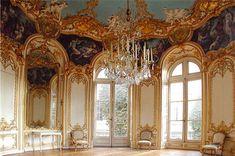 Rokoko to styl charakterystyczny dla architektury wnętrz i malarstwa. Odznaczał się: lekkością, dekoracyjnością, swobodą kompozycji, asymetrią. Nazwa pochodzi z francuskiego i oznacza muszlę. Dzieła były bogato zdonione