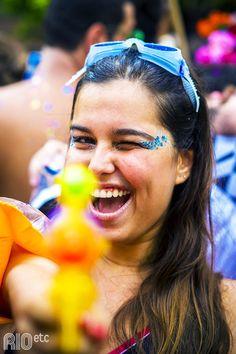Dica de fantasia fresquinha para o carnaval: nadadora. Capriche nos acessórios de natação e na arminha com água. ;)