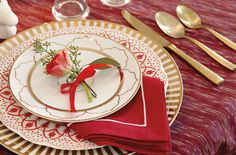 As the holiday season approaches, we start thinking about entertaining. What do we need to pull off a flawless holiday dinner? How can we give our dinnerware and table setting pieces a new look? What festive accents should we add to
