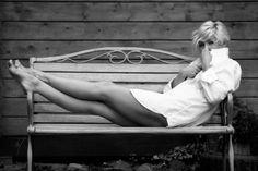 (со страницы Zdjęcie z portfolio Nina S. Francois Truffaut, Popped Collar, Classic White Shirt, Lady, Sexy Outfits, Glamour, Black And White, Model, Men's Shirts