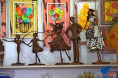 Pequenos visitantes de uma lojinha de artesanato....