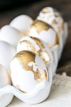 Das Eier färben kann beginnen! Hier eine edle variante mit Blattgold. #Blattgold #Ostern #Osterei