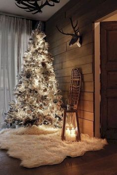 A rustic decoration always manages to create warm environments. And Christmas is not the exception, we offer you a host of different ideas to get a rustic Christmas decor. From the decoration of the tree to how to dress your table at Christmas. Traditional Christmas Tree, Diy Christmas Tree, Country Christmas, Winter Christmas, Christmas Design, Merry Christmas, Christmas Lights, Christmas Cactus, Christmas Island