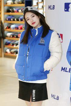 韓国・ソウル(Seoul)にあるカジュアルブランド「MLB」韓国総合貿易センター(COEX)モール店で行われたファンサイン会に臨む、ガールズグループ「Miss A」のスジ(Suzy、2015年1月8日撮影)。(c)STARNEWS ▼14Jan2015AFP|Miss Aのスジ、ソウルでのサイン会に登場 http://www.afpbb.com/articles/-/3036463 #Miss_A_Suzy #미쓰에이_수지 #Bae_Sue_ji #Bae_Suzy #배수지 #裵秀智