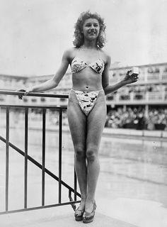 Micheline Bernardini luciendo el bikini de Louis Réard y una cajita en la mano izquierda en la que podía guardarse el traje de baño. © Getty images