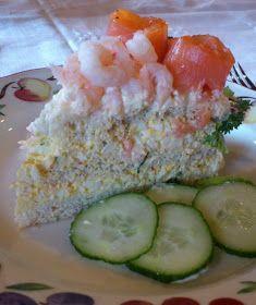 torilds mat: SMØRBRØDKAKE MED REKER OG HJEMMELAGET RØKELAKS Sandwich Cake, Sandwiches, Norwegian Food, Meatloaf, Sushi, Food To Make, Food And Drink, Lunch, Dessert