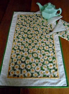 Daisy table runner plus 2 hot pads, reversible with matching daisy prints, ready to ship by MamaJoSews on Etsy https://www.etsy.com/listing/277799052/daisy-table-runner-plus-2-hot-pads