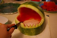 step by step how to make the watermelon shark Would be awesome for Amos' shark party. Pretty sure I would cut myself trying. Ocean Party, Shark Party, Beach Party, Beach Bbq, Luau Birthday, Birthday Ideas, Silvester Party, Tiki Party, Monster Party