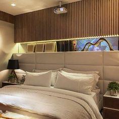 Quarto do casal   Cabeceira estofada branca e painel ripadinho em madeira!! #decor #design #detalhes ...