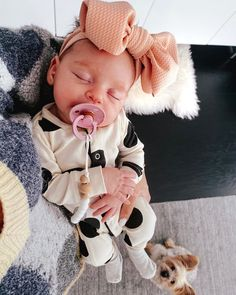 sleepy baby resting in mama's arms Little Babies, Cute Babies, Newborn Girl Outfits, Newborn Baby Girl Outfits, Baby Girl Fall Outfits, Newborn Babies, Baby Sleepers, Cute Baby Pictures, Baby Kind