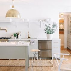 This simple white kitchen remodel done by Studio McGee brings in traditional elements and cabinets mixed with a modern white aesthetic of funky pendant lights and a patterned tile backsplash. Kitchen Dining, Kitchen Decor, Gold Kitchen, Kitchen Ideas, Bar Kitchen, Kitchen Modern, Style Me Pretty Living, Interior Desing, Farmhouse Side Table