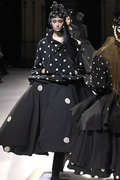Yohji Yamamoto Fall 2007 Ready-to-Wear Collection - Vogue Monochrome Fashion, Quirky Fashion, Love Fashion, Runway Fashion, High Fashion, Fashion Show, Fashion Design, Yohji Yamamoto, Japanese Outfits