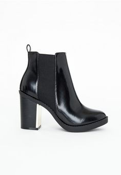 The cool and classic Chelsea boot is a staple style every AW. We've given ours a new season update with these beauties, they feature a gold plate detail on the heel which will keep your feet looking fine during the cold dark days. In a high shine faux leather, they'll be your go to Missguided shoe.