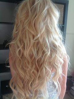 Long blonde curly hair, natural wavy curls