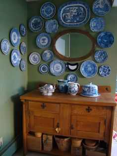 green wall, blue and white china Hanging Plates, Plates On Wall, Plate Wall, White Plates, Blue Plates, White Dishes, Blue And White China, Blue China, Vintage Plates