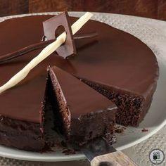 Αυτή είναι η πανεύκολη «κολασμένη» σοκολατόπιτα των 5 ευρώ! Greek Sweets, Greek Desserts, Party Desserts, Candy Recipes, Sweet Recipes, Cake Cookies, Cupcake Cakes, Food Network Recipes, Food Processor Recipes