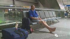 Un holandés, hospitalizado tras 10 días de espera en un aeropuerto chino por una cita 'online' - http://www.vistoenlosperiodicos.com/un-holandes-hospitalizado-tras-10-dias-de-espera-en-un-aeropuerto-chino-por-una-cita-online/