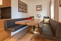 Eine kleine aber feine Essecke mit schlichtem Tischgestell, aber dafür umso mehr Bewegungsfreiheit. Die massive Tischplatte lädt zu einer gemütlichen Jause ein. Dining Bench, Dining Room, Villa, Rustic Style, Loft, Architecture, Interior, Kitchen, Table
