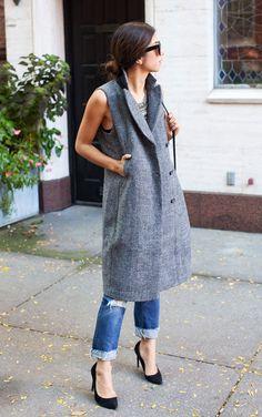 Street style look com colete cinza e calça jeans.