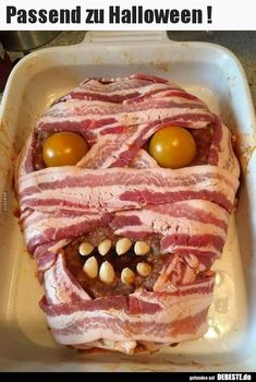 Halloween Meatloaf before cremation One scary meal, fit for halloween. Ingredients: Meatloaf: * 1 kg lb.) ground beef * 1 onion, grated, * 1 egg * 2 tablespoons breadcrumbs * 2 cloves of garlic * 1 sprig of rosemary, leaves chopped * salt & pep Soirée Halloween, Dulces Halloween, Halloween Appetizers, Healthy Halloween, Halloween Dinner, Halloween Goodies, Halloween Food For Party, Halloween Treats, Halloween Tipps