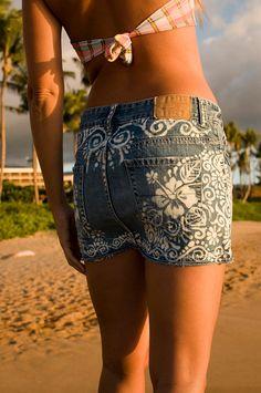 jupe en Jean upcycled avec main dessiné design hibiscus hawaïen