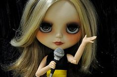 ALICE GOLDEN - Rock Star (MUSSE2009) Tags: toys doll rockstar blythe custom hbrida primadollyashlette alicegolden discoboggiehair aondaagorareciclarasbonecas dumasensaodebonecanova essecabeloeradaanamariaqueagoratemcabelo foipraalicegoldenqueeuachoquecombinoumais