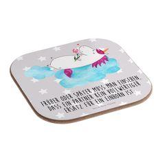 Quadratische Untersetzer Einhorn verliebt auf Wolke aus Hartfaser  natur - Das Original von Mr. & Mrs. Panda.  Dieser wunderschönen Untersetzer von Mr. & Mrs. Panda wird in unserer Manufaktur liebevoll bedruckt und verpackt. Er bestitz eine Größe von 100x100 mm und glänzt sehr hochwertig. Hier wird ein Untersetzer verkauft, sie können die Untersetzer natürlich auch im Set kaufen.    Über unser Motiv Einhorn verliebt auf Wolke  Das verliebte Einhorn ist der beste Begleiter für jeden Single…