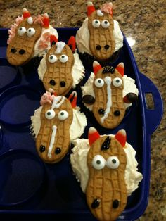 Horse cupcakes made with a Nutter Butter and some candy corn. @Michelle Flynn Flynn Flynn Flynn Partridge can you stop the Picasso?