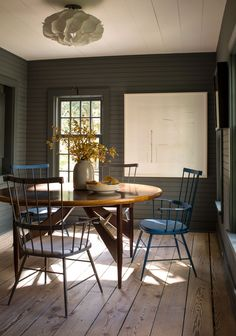 Popular Small Dining Lighting Ideas 07 Best Picture For farmhouse dining buffet For Your Taste You a Farmhouse Dining Room Table, Dining Room Table Decor, Country Farmhouse Decor, Dining Room Walls, Modern Farmhouse Style, Dining Room Design, Dining Buffet, Farmhouse Design, Room Chairs