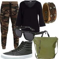 Pantalone mimetico vita bassa abbinato ad una maglia con maniche a campana. Borsa verde militare e sneakers alte in pelle nera. Outfit comodo per tutti i giorni.