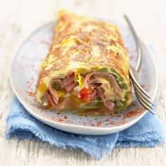 Omelette roulée au jambon de Bayonne, aux légumes et au piment d'Espelette